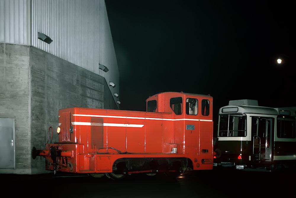 Die SGP Werkslok schiebt den ersten Achtachser zur Eggenberger Straße ©styria-mobile/Fotograf02 21/22.12.1977