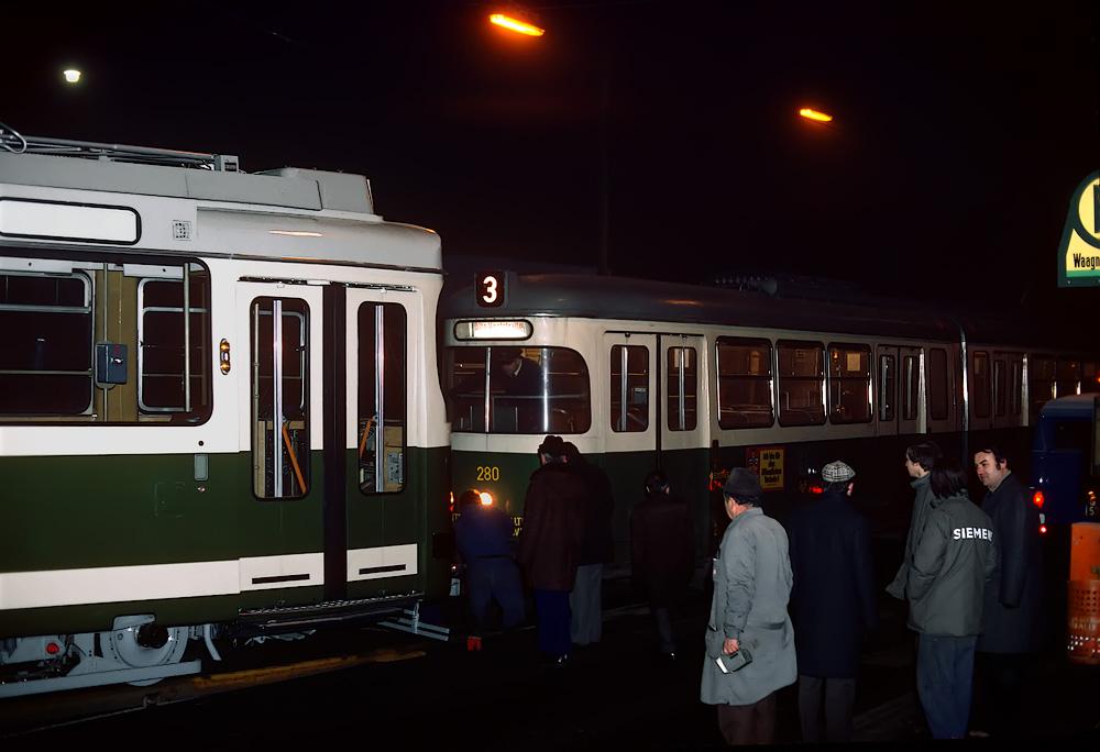 TW 280 wartet in der Eggenbergerstraße auf TW 501 ©styria-mobile/Fotograf02 21/22.12.1977