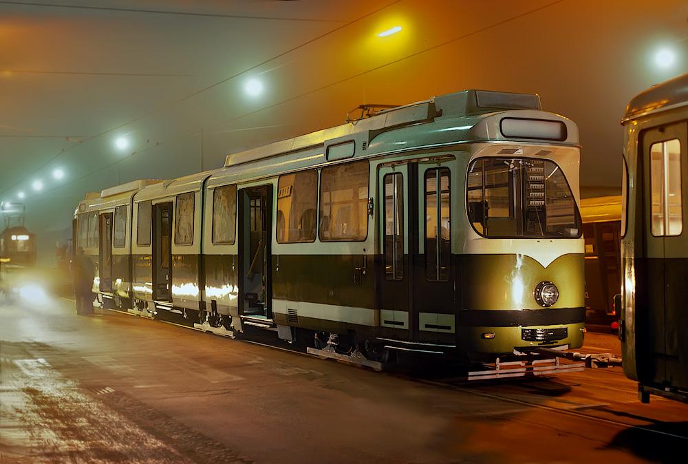 Der sechsachsige TW 280 hat die Ehre den neuen Triebwagen in die Remise III zu ziehen ©styria-mobile/Fotograf02 21/22.12.1977