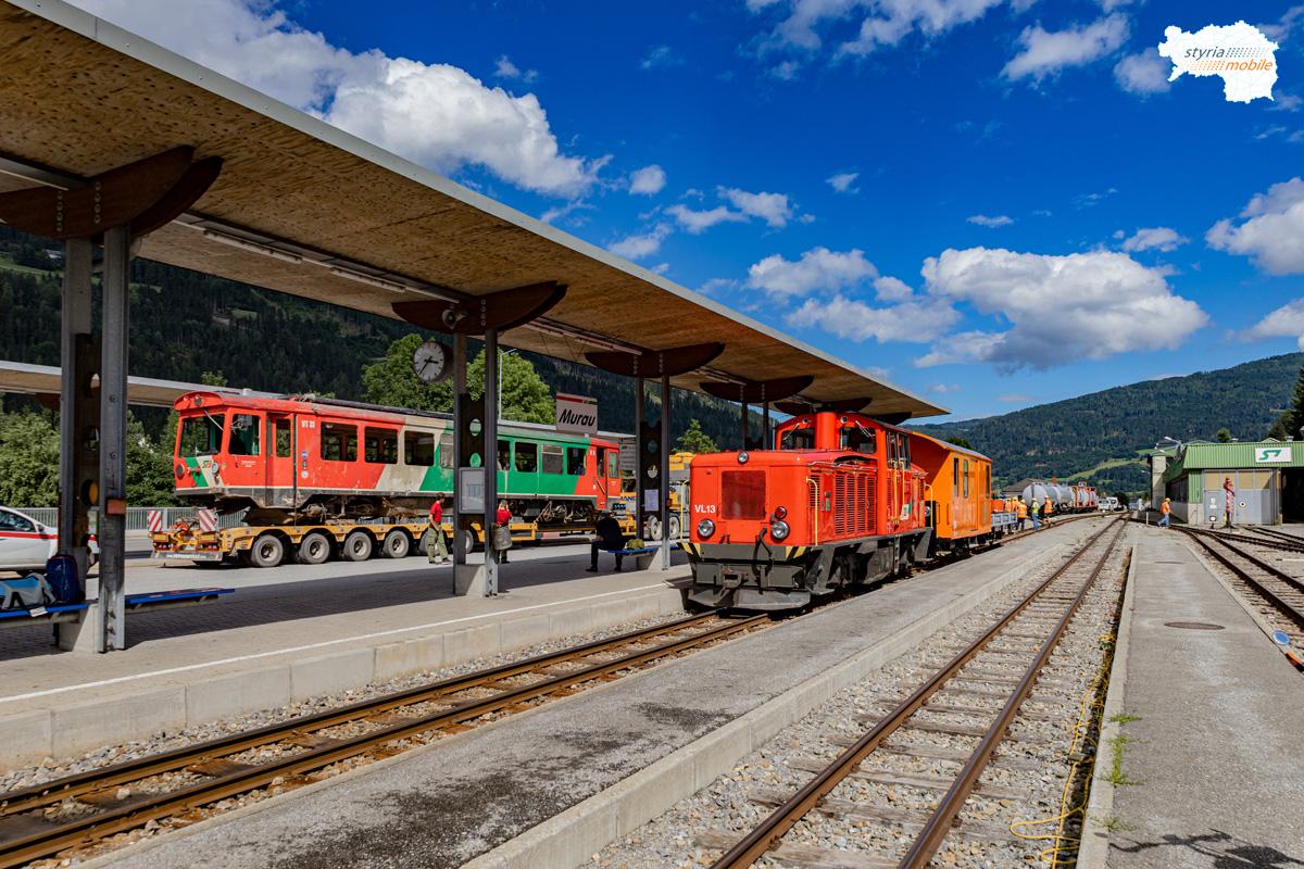 VL 13 mit Hilfszug im Bahnhof Murau, 06.08.2021